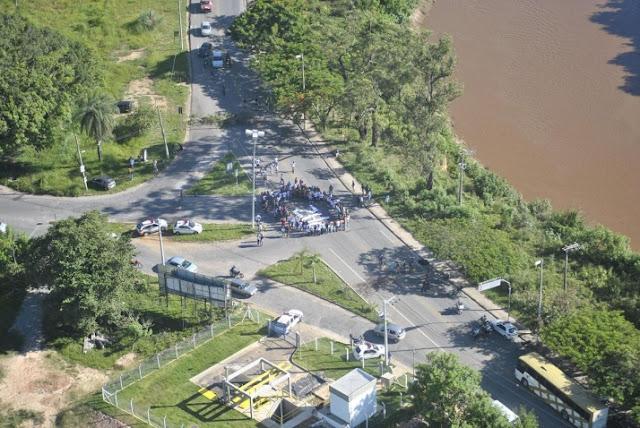 Manifestantes fecham a Avenida Beira Rio em protesto contra morte de motociclista em Santa Luzia