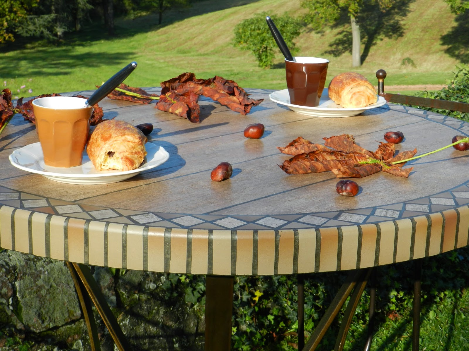 nadine coquatrix tables de jardin table mange debout aspect bois. Black Bedroom Furniture Sets. Home Design Ideas