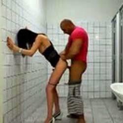 Fodendo no Banheiro Publico - Videos de Flagras Amadores - http://www.videosamadoresbrasileiros.com