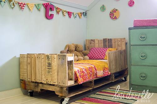 encontrar el tutorial para hacer la cama en el blog de Lori Danelle