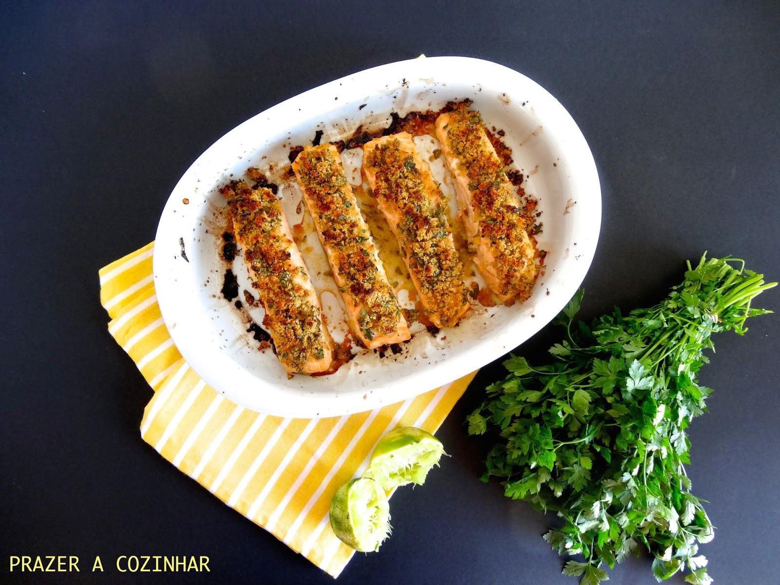 prazer a cozinhar - Salmão assado com crosta de mostarda e salsa