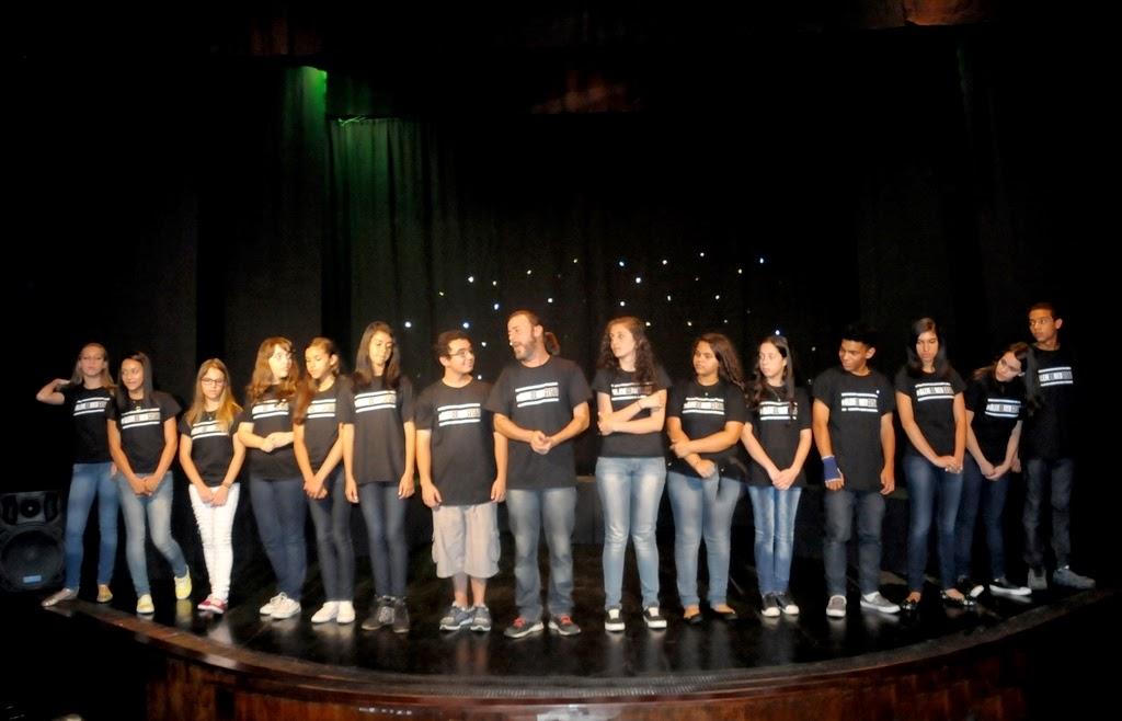 Professor Ayrton Rebello com toda a turma de teatro adolescente da Casa de Cultura