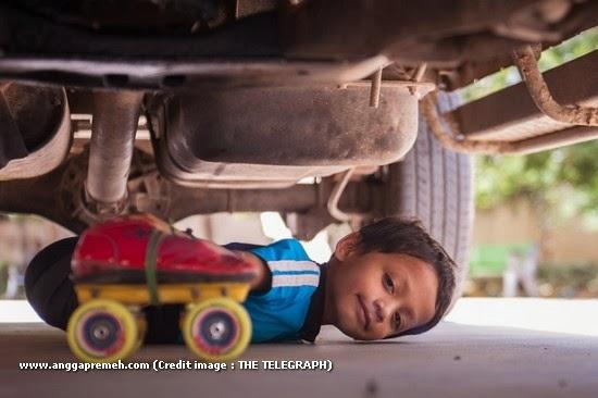 Dalam 29 Detik Anak Berusia 6 Tahun Ini Melewati 39 Kolong Mobil