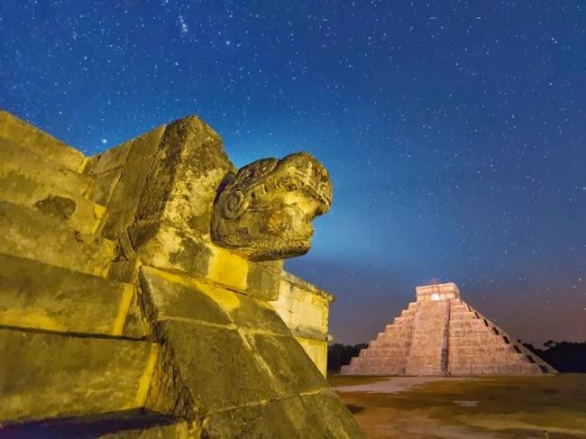 90 футовая пирамида знаменует собой было величие Чичен-Ицы. Этот большой город был построен примерно в девятом веке в соответствии со священными писаниями. © Пол Никлен