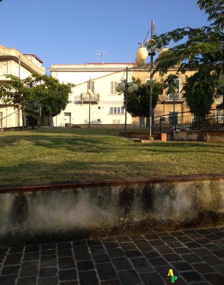 Acquedolci arredo urbano avviata la pulizia di ville e for Arredo ville e giardini