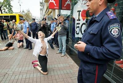 FEMEN раздеваются