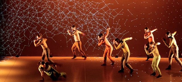Danza hipnotizante tiene a bailarines interactúando con proyecciones digitales
