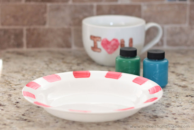 Festive Flatware Tutorial from Make It Handmade. Paint your plates to dress up your holiday table!