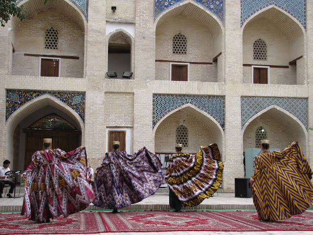 Uzbekistán, vestidos con estampados geométricos
