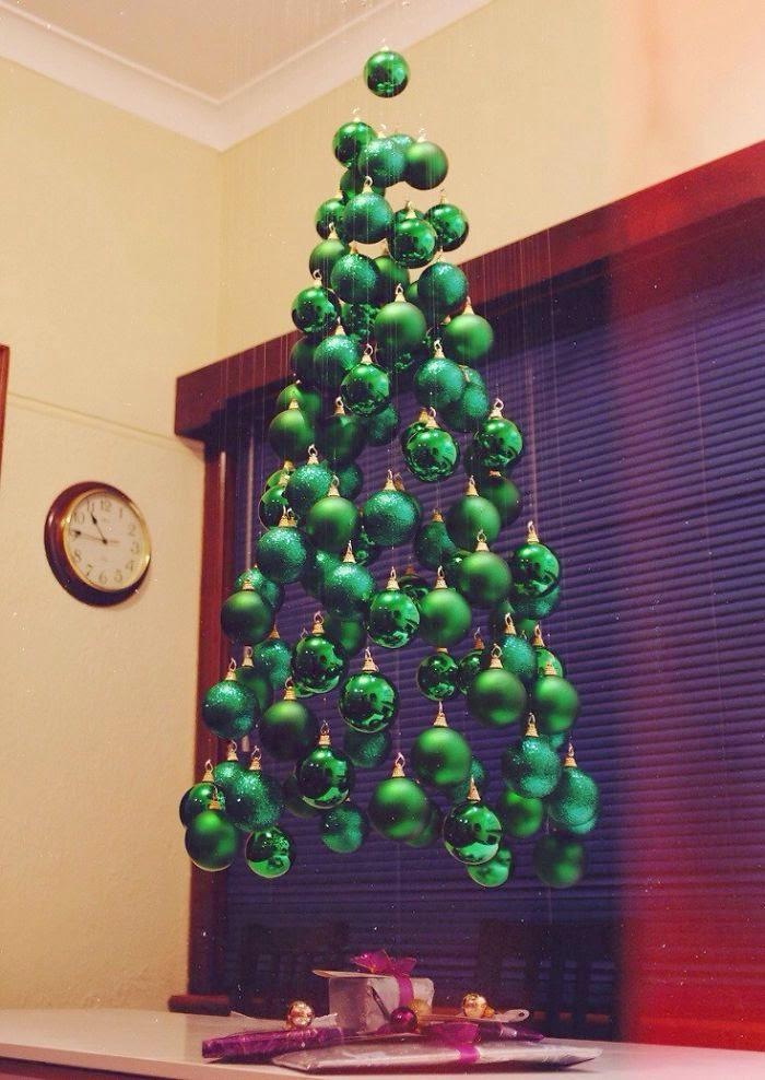 ♥ ♫ ♥ Je kan natuurlijk voor een échte Kerstboom kiezen dit jaar. Máár… als je te creatief, lui of blut bent, ga je voor een leuke of aparte doe-het-zelf boom. Het grote voordeel? Geen vervelende naalden op de vloer. Dus leef je uit! Bron: BoredPanda ♥ ♫ ♥