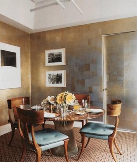 na sala de jantar a leveza dos estofados azuis e o luxuoso papel de