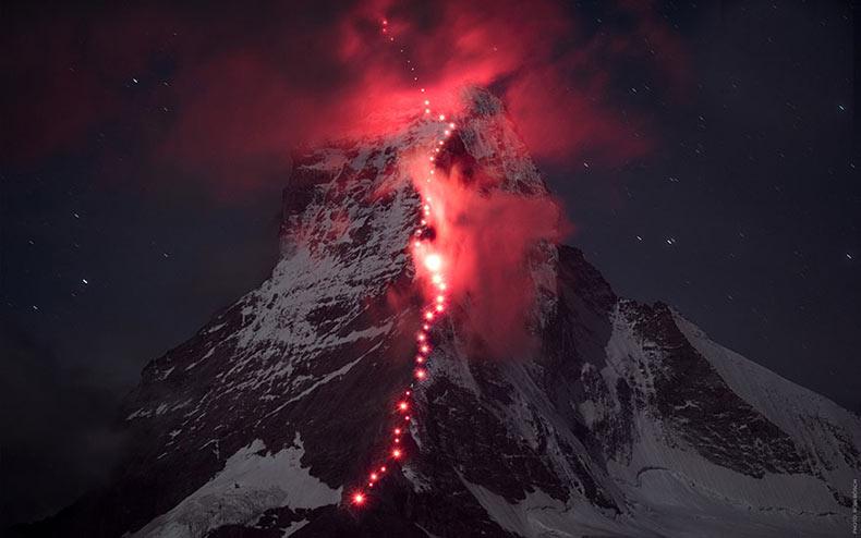 Cientos de alpinistas suba los Alpes para la épica sesión de fotos