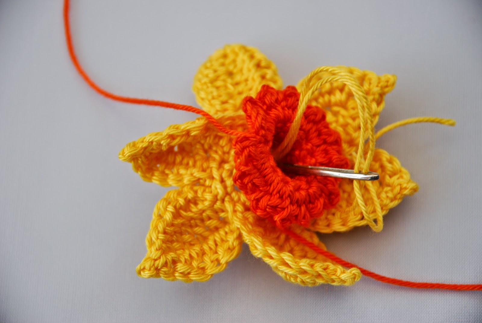 Crochet Daffodil pattern and tutorial: image of making daffodil stamens
