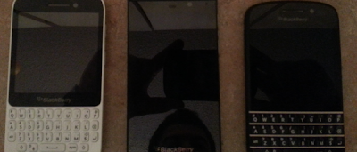 Posible diseño final del BlackBerry Z10 y BlackBerry X10 Otra imagen se agrega a la sección de filtraciones, en esta ocasión es una imagen donde se muestran los posibles diseños finales del BlackBerry Z10 y BlackBerry X10 junto con un tercer dispositivo que posiblemente sea el BlackBerry 10 Dev Alpha C el cual fue anunciado que traeria teclado QWERTY. Tocará esperar hasta el 30 de Enero que es el dia del lanzamiento para ver el diseño final oficialmente. Enlace(s):http://boards.4chan.org/g/res/30108334 Fuente: BlackBerry Blog