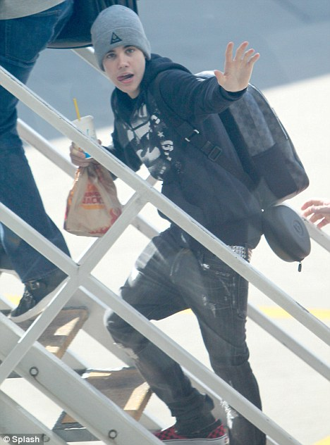 justin bieber look alike sydney. I had a cracking time: Justin Bieber waves to fans as he takes a plane out