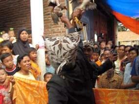 Tradisi perang bangkat suku Osing Banyuwangi.