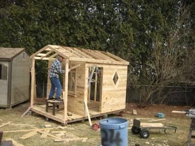 vista-a-medio-construir-casita-realizada-con-palets-recuperados