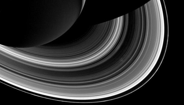 Estranha e rápida mudança nos anéis de Saturno intriga cientistas