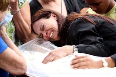 Esposa Chora Morte do Marido Policial - Um Asno