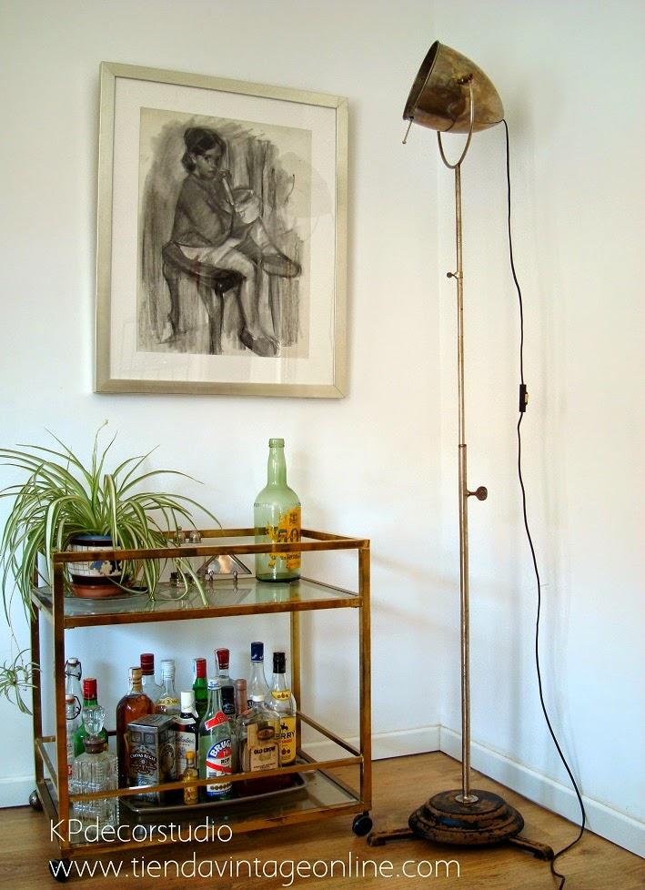 Decoración vintage, inspiración, Focos antiguos de cine, camareras doradas de latón. Iluminación vintage en valencia.