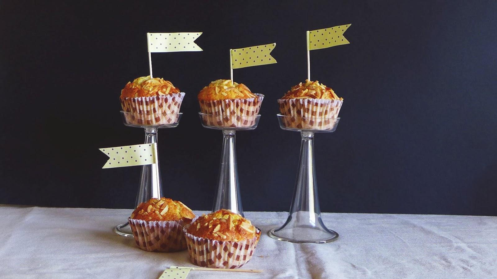 : Muffins de laranja e amêndoa/ orange and almond muffins #9D6D2E