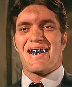 Esto pasa cuando envuelves tus dientes en papel aluminio