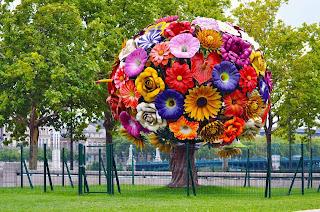 Ramo de flores en medio de arboles