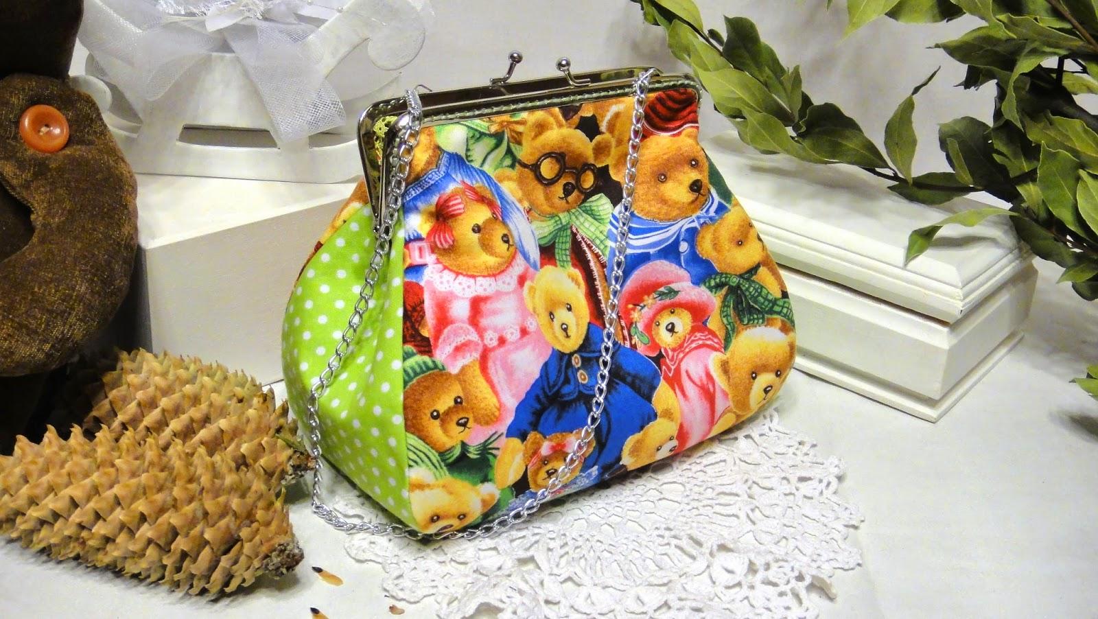 Маленькая яркая сумочка с винтажными мишками