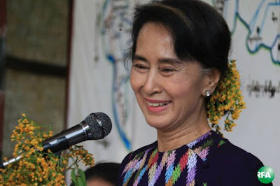 အမ်ိဳးသားဒီမုိကေရစီအဖြဲ႕ခ်ဳပ္ ဥကၠဌ ေဒၚေအာင္ဆန္းစုၾကည္ကို ဧၿပီ ၂၇ ရက္ေန႔က ေကာ့မွဴးၿမိဳ႕ခရီးစဥ္တြင္ ေတြ႔ရစဥ္ Photo: Kyaw Zaw Win/RFA