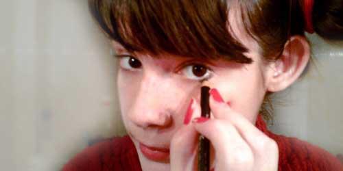 monika sanchez maquillandose los ojos