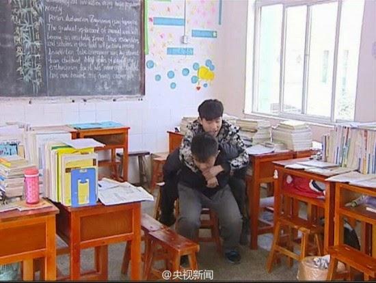 Κινέζος φοιτητής κουβαλάει στην πλάτη του τον ανάπηρο φίλο του εδώ και 3 χρόνια