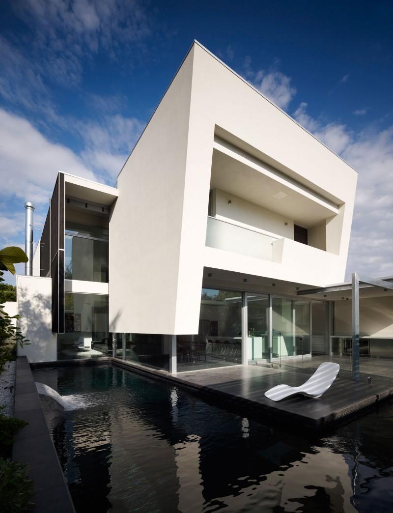 Hogares frescos casa moderna de dos pisos con piscina externa for Imagenes de casas modernas con piscina