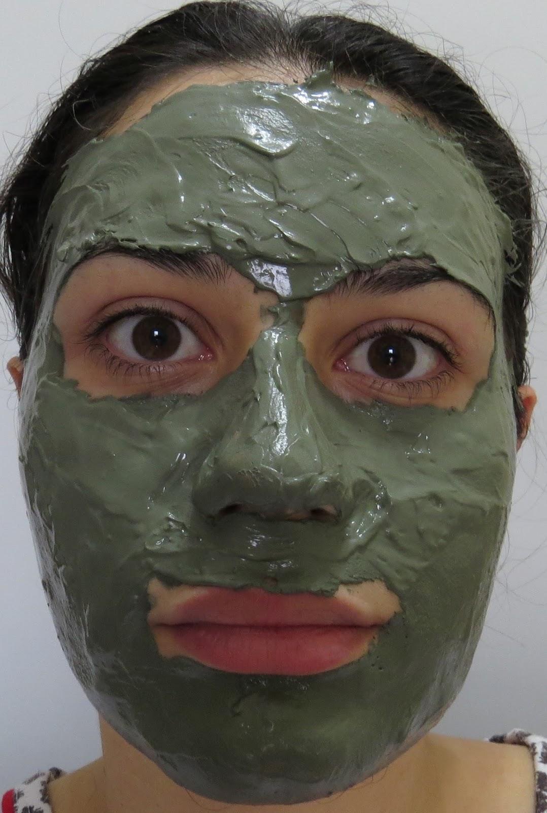 O barro da pessoa limpa poros