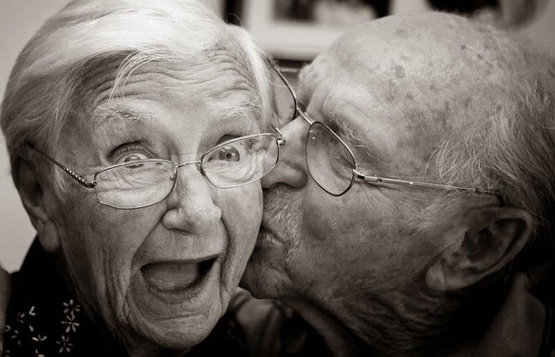 Imagen de viejita sorprendida con un beso