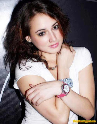 linda_arsenio_hottest_foreign_actress_in_bollywood_FilmyFun.blogspot.com