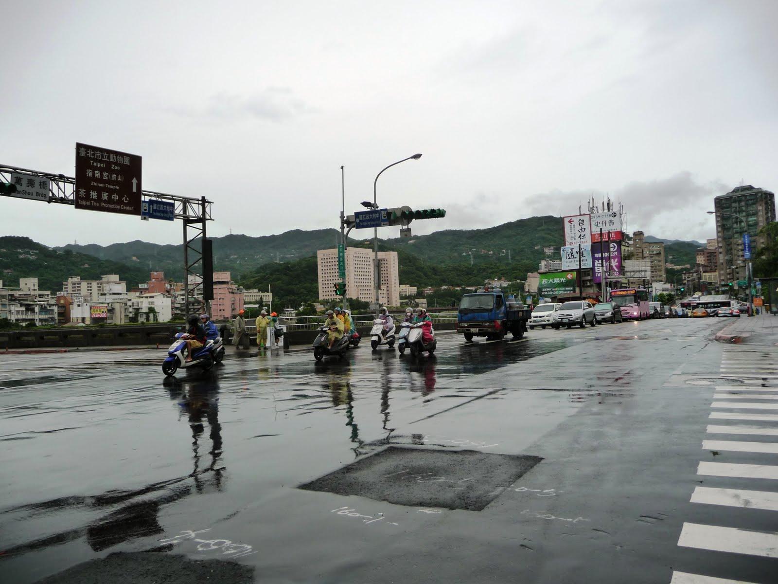 aber das ist noch lange nicht der taifun der soll erst montag kommen und deshalb haben wir uns heute mal mit einigen notigen sachen eingedeckt