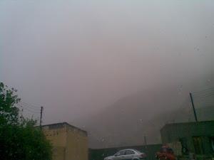 السحب تعانق منازل الوادي بزخات مطرية قوية