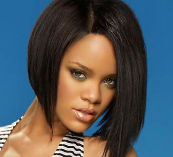 Rihanna omuz hizası, orta boy bob saç kesim modeli ile belki de dünyanın en güzel kadını olmaya aday diyebilirim. Bunun yanısıra Rihanna saçlarını koyu kahveye boyatarak hem büyüleyici bir görünüm kazanmıştır hem de doğal görünümü ile hayranlarını kendine bir kez daha aşık etmeyi başarmıştır.