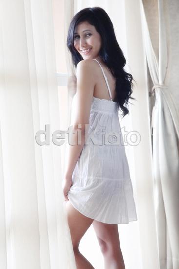 Foto Hot Dewi Cinta Dengan Gaun Putih Menerawang