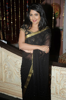 Actress Kamalinee Mukherjee Latest Pictures in Black Saree at Govindudu Andarivadele Movie Teaser Launch 003