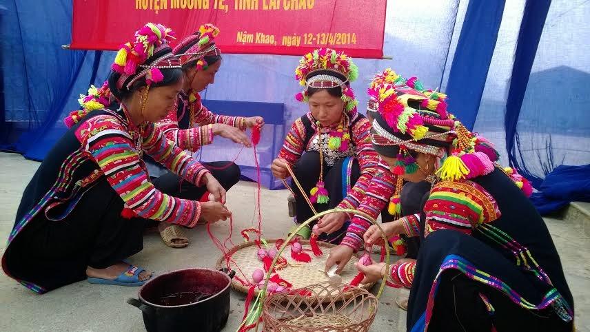 Tục nhuộm trứng đỏ - mong muốn cầu may của người La Hủ ở Lai Châu