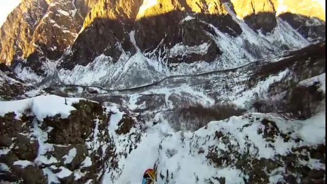 Le Denivelator: Mélanger parachute et ski extrême