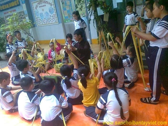 Học sinh xếp cào cào