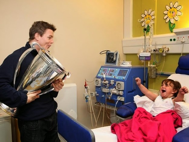 25 Photos Of People Who Will Inspire You - Irish rugby player Brian O'Driscoll shares his victory with his biggest fans at a children's hospital.