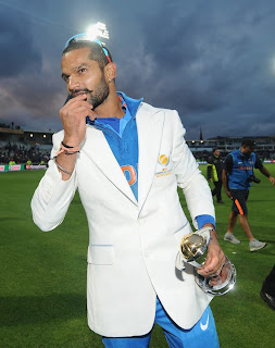 Shikhar-Dhawan-with-champions-Trophy-2013