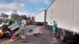 Na Bahia um acidente grave envolvendo carreta e veículo de passeio mata 04 pessoas da mesma família