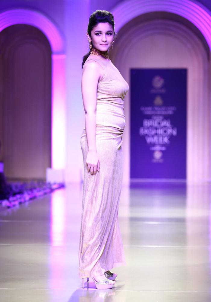 700 x 1000 jpeg 128kB, ... Alia Bhatt on stage, Alia Bhatt cute stills ...