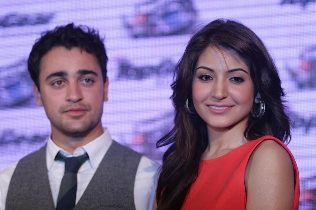 http://1.bp.blogspot.com/-K4xrdANaBAo/TbvAK2BoXSI/AAAAAAAAE0U/Y3NGOewNW54/s1600/Imran-Khan-and-Anushka-Sharma-re-launched-BBC-Top-Gear-Magazine-033.jpg