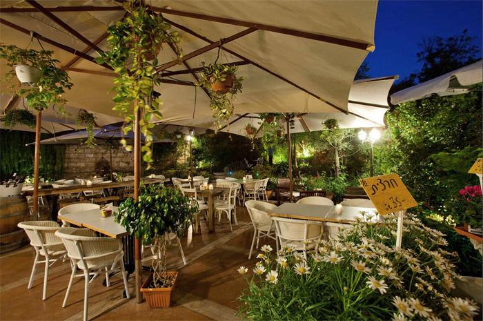decoración rustica de un cafe restaurante -mesas terraza