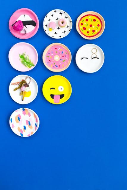 blå baggrund hænger DIY tallerkner med seje designs og mønstre